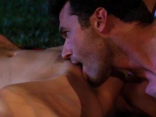 Lexi schleicht im Garten für Sex aus