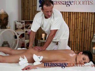 Massageräume 18-jährige Schönheit bekommt einen schmatz Muschi vor epischen Fick