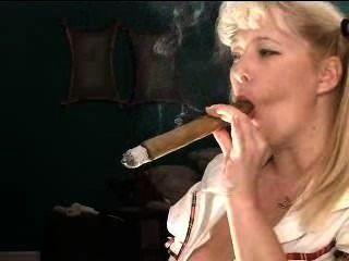 Schülerin mit riesigen Zigarre