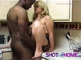 heiße Blondine bekommt ihr Loch in der Küche gefickt