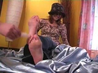 Masha bekommt ihre Füße gekitzelt