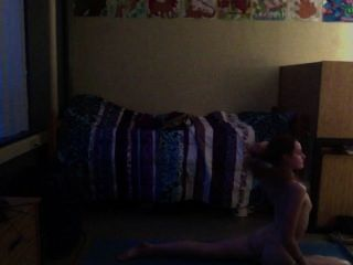 Teenager praktizieren Yoga-Akt