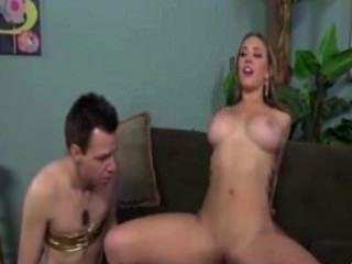 Hahnrei Demütigung durch eine blonde Babe Frau
