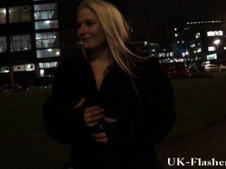 spät in die Nacht blinken und freche blonde Amateur babes Exhibitionismus Innenstadt