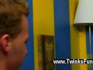 erstaunlich Homosexuell Szene hing Twink Andrew und super-sexy boy Noob billy sind