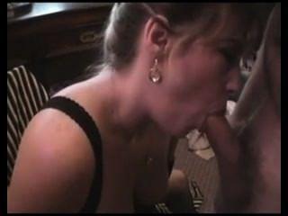 vollbusige Frau mag Sperma so sehr, dass sie cum aus einem Glas trinkt