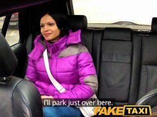 faketaxi Frau mit großen natürlichen Titten reitet Hahn