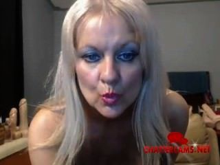 big tits Brustwarzen blonde Milf durchstochen