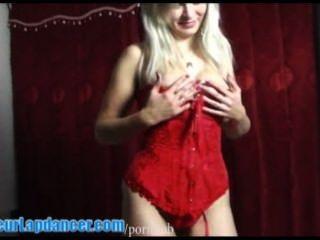 vollbusige Sexbombe lapdances in der roten Wäsche