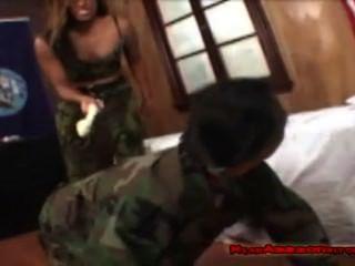verschwitzt Armee Mädchen Anbetung