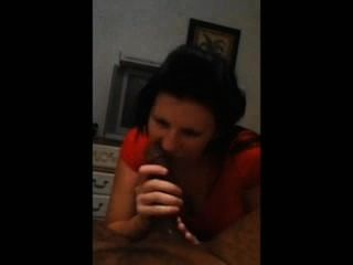 Brunette Saugen schwarzen Hahn während auf dem Handy zur Mama
