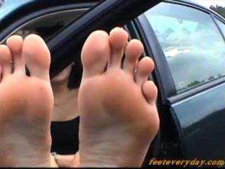 heiße Brünette ihren großen wunderbare Sohlen & Füße zeigt