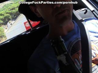 Oben-ohne-Mädchen verführen Männer für die heiße College-Ficken im Freien