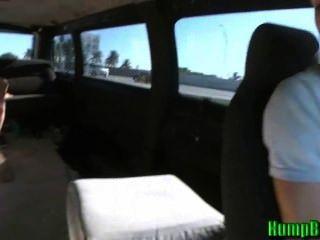 Amateur Teen Schlampe saugt Schwänze auf dem Buckel Bus