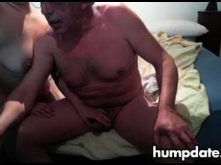 alter Mann bekommt schöne Handjob von seiner Frau