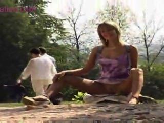 blonde teen geht im Freien für alle zu sehen