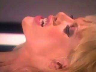 blonde Glamour Babe mit großen Titten ficken in roten Strümpfe