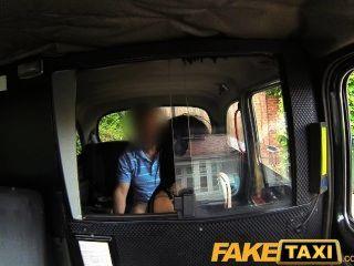 faketaxi zierliche Frau mit Tätowierungen bekommt ein Creampie