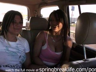 Mädchen im Verkehr zu blinken