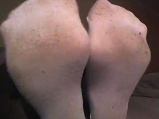 Mädchen in weißen Socken zeigt von