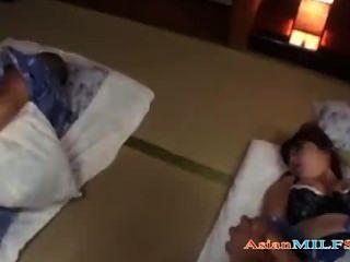 MILF in Kimono gefingert und gefickt cum auf Titten, während ihr Mann schläft