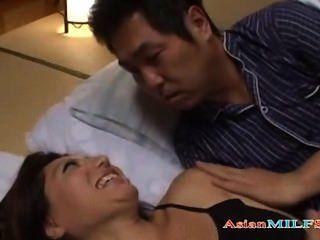 vollbusige MILF sich während Typ neben ihr Eiter immer schlafen fingern