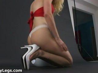Blondine in der heißen High Heels zeigt part6