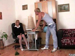 nimmt sie rau ficken direkt im Büro