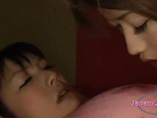 asiatisches Mädchen gefesselt und mouthgagged ihre Nase leckte Brustwarzen sucke bekommen