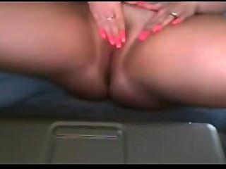 Amateur-Mädchen große Titten ihre rasierte Muschi reiben