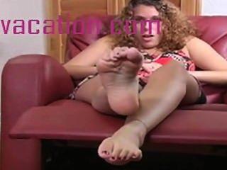 ihre perfekten Füße, wie es wackelt und streckt vorführt