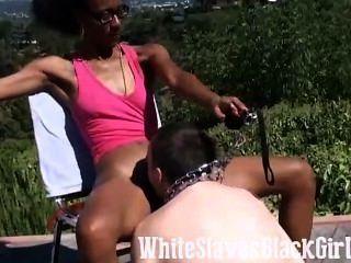 schwarz Herrin lässt diesen Sklaven lecken