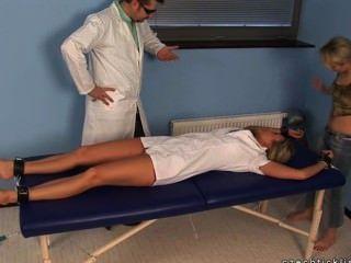 Krankenschwester sandra in kitzeln Aktion