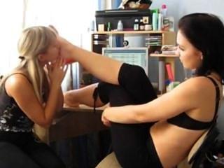 Amateur lesbische Füße anbeten