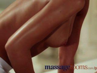 Massageräume unschuldige junge Lesbe hat G-Punkt-Orgasmus mit jugendlich Masseuse