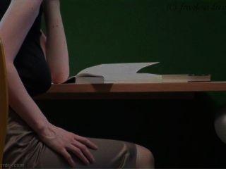 braless in der Bibliothek