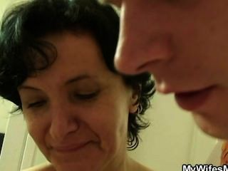Frau geht wild, wenn ihn findet ihre Mutter ficken