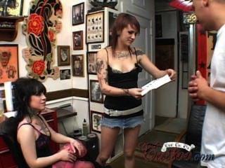 Dreier mit 2 tätowierte Mädchen anal und Hardcore Sperma auf mein Tattoo Anhänger