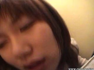 schöne asiatische Cutie wird von hinten gefickt