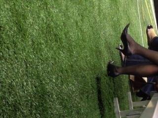 offen reifen baumelnden in Nylons Shoeplay Füße pt 3