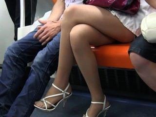 sexy Teen Nylon Füße und Beine in schiere Nylons auf Zug