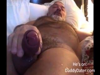 haarige hung daddybear Opa bläst seine Last auf der Kameralinse