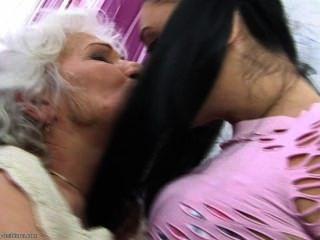 sie so sehr liebt ihre Oma ....