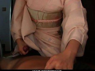 jugendlich marika gibt einen asiatischen POV Blowjob und schluckt cum