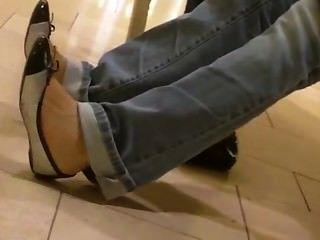 offen asiatische Jugendliche Füße Shoeplay baumelnden