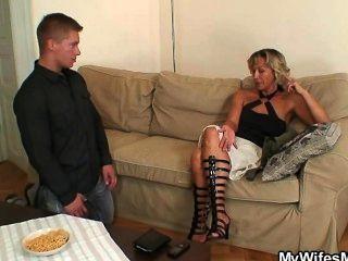 sie findet ihren Mann betrügt mit ihrer Mutter aus