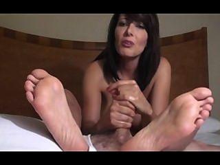 Zoey gibt erstaunliche Wichsen und foot