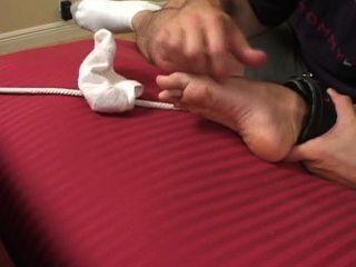 Bett ausgebreitet und Folter kitzeln