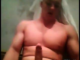 Bodybuilder mit schönen Busch Posen und wichst