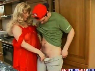 russische Hausfrau verführen junge Mann